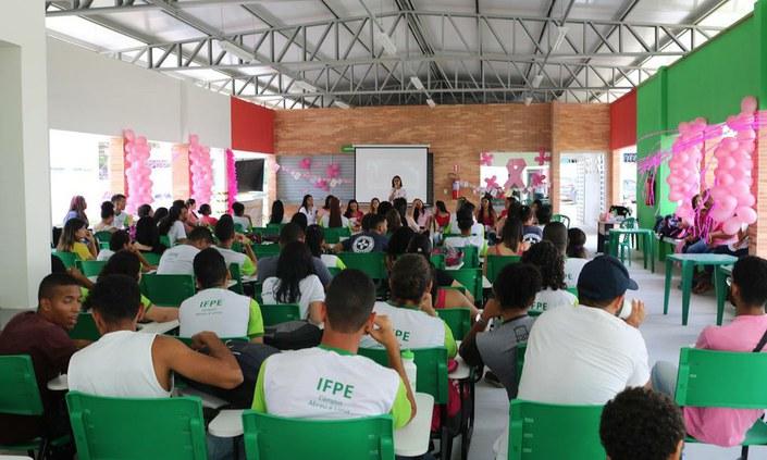 Estudantes promovem campanha de conscientização sobre câncer de mama
