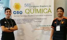 Estudante Caio Menezes e professor Paulo David, durante Congresso Brasileiro de Química.